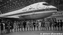 21. Januar 1970, New York, USA, Beim Roll-Out der ersten Boeing 747 im Jahr 1968 aus dem Produktionsgebäude in Everett bei Seattle stehen Stewardessen der 26 Luftverkehrsgesellschaften vor ihr aufgereiht, die das neue Riesenflugzeug bereits bestellt hatten. Zum ersten kommerziellen Flug hob die Maschine dann am 21. Januar 1970 vom New Yorker Kennedy-Flughafen nach London ab.