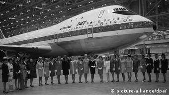 Архивное фото: выкатка первого самолета Boeing 747 из сборочного цеха. 1968 год.