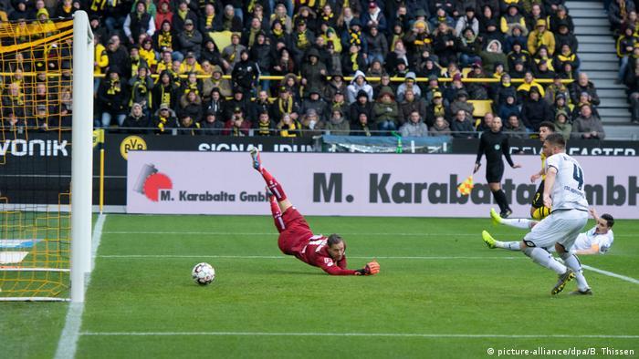 Fußball Bundesliga | 21. Spieltag | Borussia Dortmund - TSG Hoffenheim | Torschuss Sancho 1:0 (picture-alliance/dpa/B. Thissen)