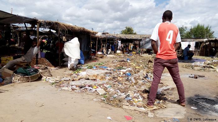 Mosambik Hygiene Straßenhändler in Nampula (DW/S. Lutxeque)