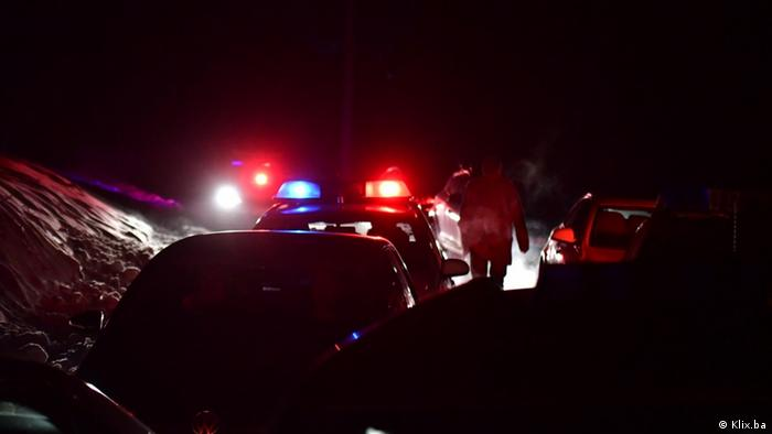 Policijsko vozilo s upaljenom rotirkom