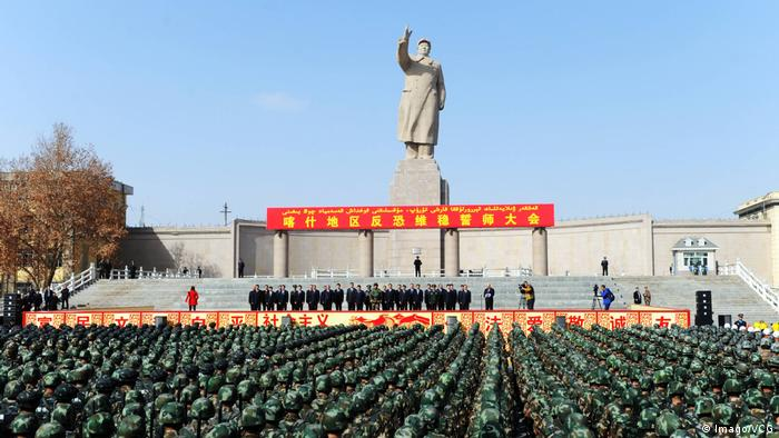 China Kaxgar Versammlung von Anti-Terror-Truppen in XinJiang (Imago/VCG)