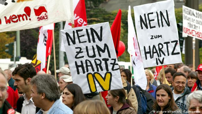 Protesters carry signs against Hartz IV in Berlin (picture-alliance/U. Baumgarten)