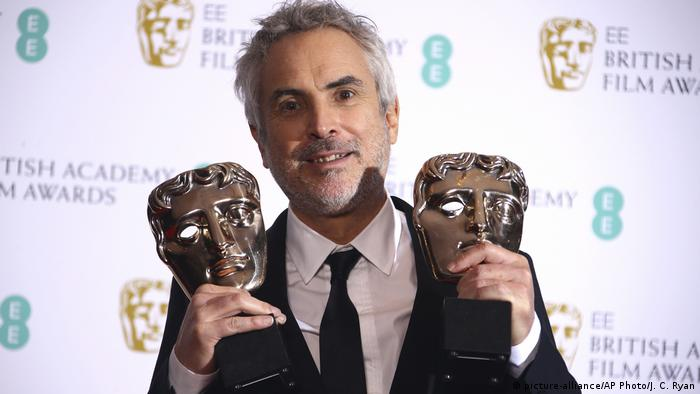 Alfonso Cuaron holds up his BAFTA statues (picture-alliance/AP Photo/J. C. Ryan)