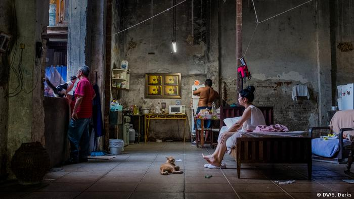 Havana locals in a factory building (DW/S. Derks)