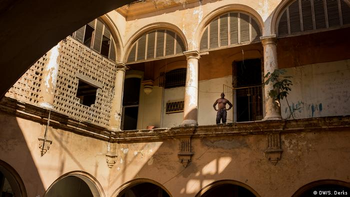A man standing inside a colonial building in Havana (DW/S. Derks)