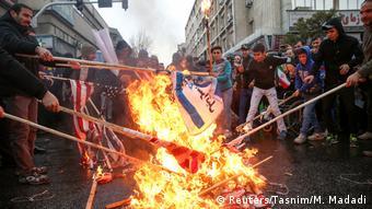 Iran Teheran - U.S. Flaggen werden während dem 40. Jahrestag der Revolution verbrannt