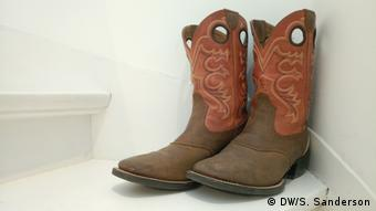 A pair of American cowboy boots resting on the stairs after the 'Country Music Meeting' Event in Berlin Symbolbild
