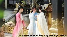 Chinese actress Ju Jingyi, center, of Chinese girl group SNH48 and co-stars are pictured during a filming session on set of their new TV drama Legend of Yun Xi at Hengdian World Studios in Hengdian town, Dongyang city, east China's Zhejiang province, 23 August 2017. Foto: Pan Zhiwei/Imaginechina/dpa |