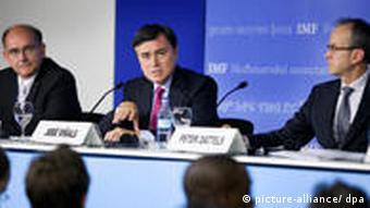 José Viñals (M.), Jan Brockmeijer (l.) und Peter Dattels (r.) vom IWF bei einer Pressekonferenz in Istanbul (Foto: dpa)