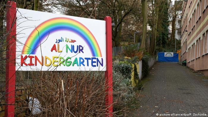 Picture of the Al Nur Kindergarten sign (picture-alliance/dpa/P. Zschunke)