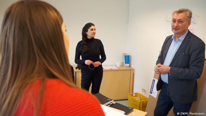 Gari Pavković za vrijeme sastanka sa suradnicama u uredu za integraciju grada Stuttgarta