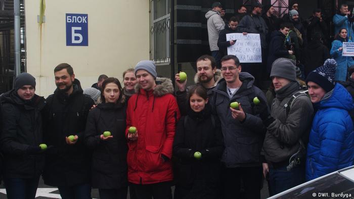 Ті, хто підтримують Уляну Супрун, позували з яблуками