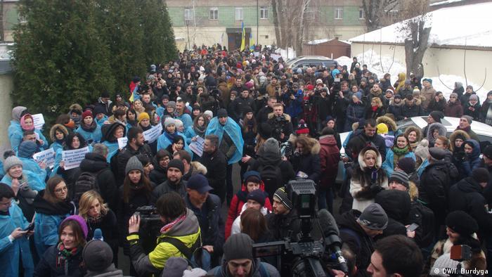 Під будівлею суду зібралися ті, хто підтримують Уляну Супрун, і ті, хто протестують