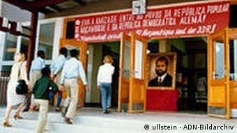Deutschland DDR Mosambik Schule der Freundschaft in Stassfurt