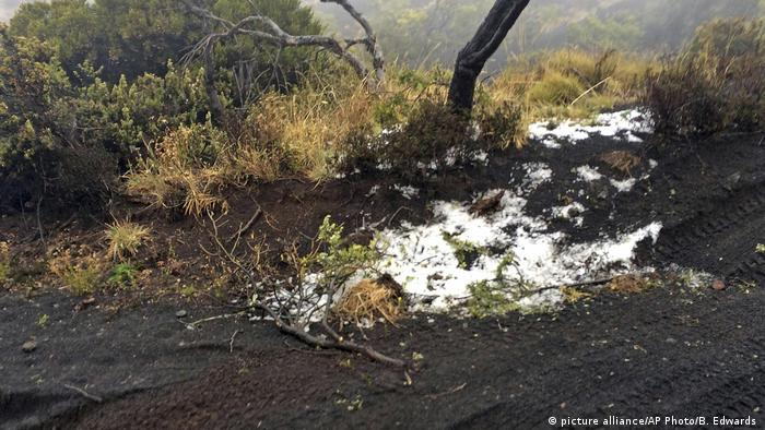 Black volcanic cinders are covered in a dusting of snow at the Polipoli State Recreational area on the slopes of Haleakala near Kula on the Hawaiian island of Maui (picture alliance/AP Photo/B. Edwards )