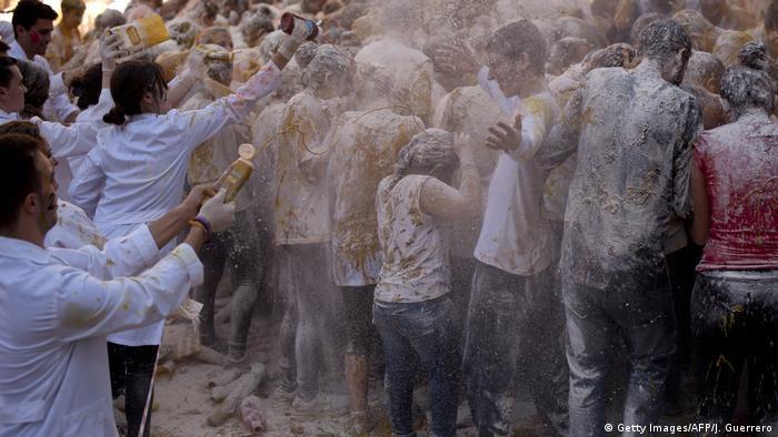 Estudantes jogam farinha e mostarda em outros estudantes durante trote universitário