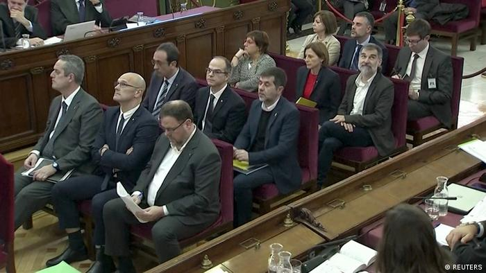 In Reih und Glied: Die zwölf katalanischen Separatisten vor dem Obersten Gerichtshof in Madrid (Foto: REUTERS)