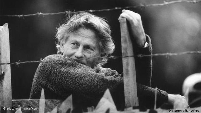 Director Roman Polanski pictured behind barbed wire (picture alliance/kpa)