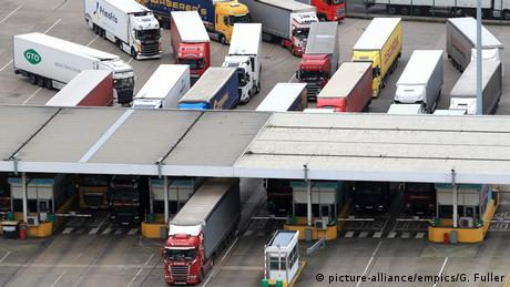 Lorries arrive at the Port of Dover in Kent (picture-alliance/empics/G. Fuller)