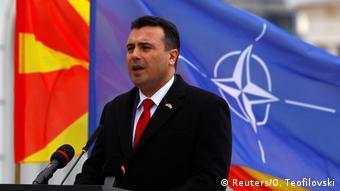 Ομιλία του πρωθυπουργού Ζόραν Ζάεφ μπροστά από τις σημαίες του ΝΑΤΟ και της Βόρειας Μακεδονίας μετά την υπογραφή του πρωτοκόλλου εισδοχής