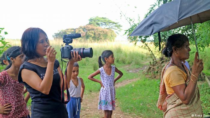 Rima Das bei Dreharbeiten im indischen Assam (Copyright: Rima Das)