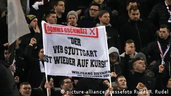 Fortuna Düsseldorf - VfB Stuttgart: VfB Stuttgart Fans mit Plakat