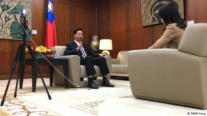 Tahun 2019, DW juga pernah mewawancarai Menlu Taiwan Joseph Wu (DW/W.Yang)