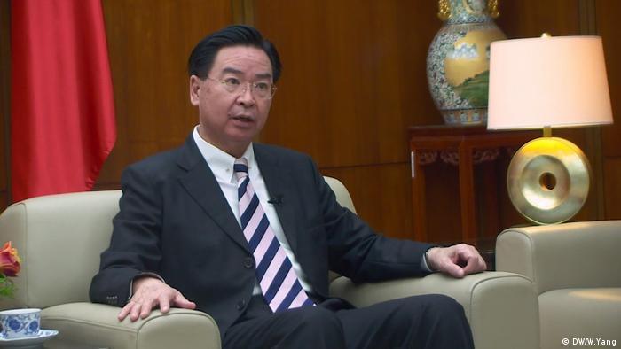 Taiwans AußenMenteri Luar Negeri Taiwan, Joseph Wuminister Joseph Wu im Exklusivinterview mit der DW (DW/W.Yang)