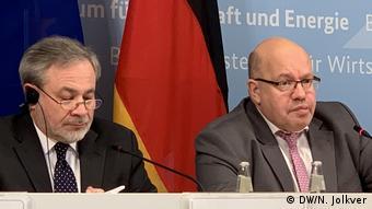 Дэн Брулетт (слева) и Петер Альтмайер на пресс-конференции 12 февраля