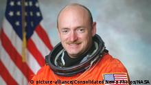 NASA astronaut Mark Kelly, STS-134 commander, and STS-108 pilot official portrait taken in 2001. Kelly is the husband of United States Representative Gabrielle Giffords (Democrat of Arizona), who was shot in Arizona on Saturday, January 8, 2011..Credit: NASA via CNP | Verwendung weltweit