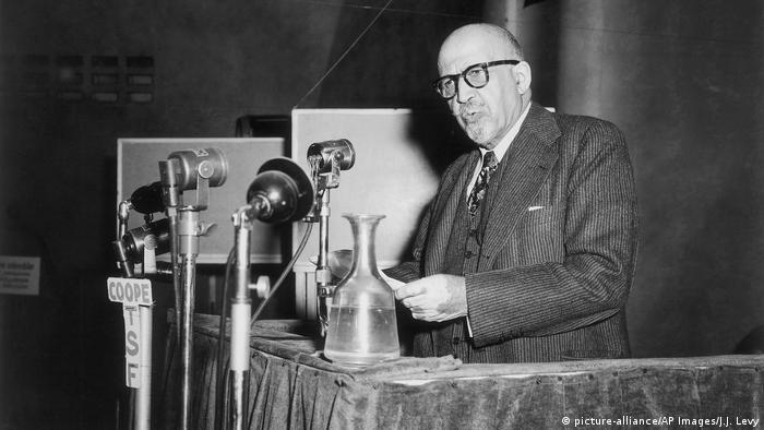 W.E.B. Du Bois num discurso em Paris em 1949