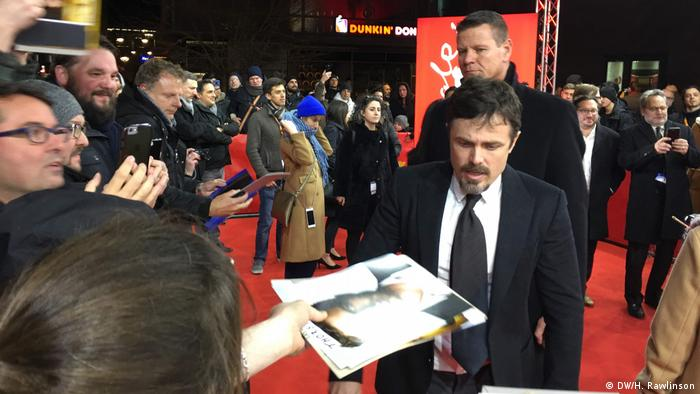 Casey Affleck signs autographs at the red carpet