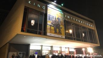 Berlin Kino International bei Nacht (DW/H. Rawlinson)