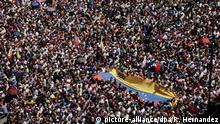 12.02.2019, Venezuela, Caracas: Zahlreiche Menschen protestieren in der venezolanischen Hauptstadt gegen die Regierung des Präsidenten Maduro. Anlässlich des Tags der Jugend riefen Regierungsgegner die Streitkräfte auf, die humanitäre Hilfe für die notleidende Bevölkerung ins Land zu lassen. Seit der vergangenen Woche warten in der kolumbianischen Grenzstadt Cúcuta zehn Lastwagen mir etwa 100 Tonnen Hilfsgütern auf die Erlaubnis, passieren zu dürfen. Foto: Rafael Hernandez/dpa | Verwendung weltweit