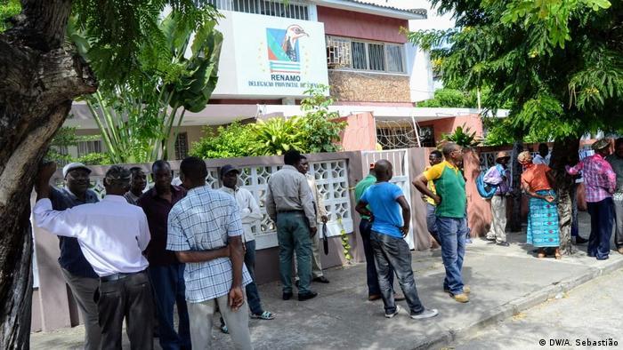 Protesto de membro da RENAMO em frente à delegação provincial na Beira