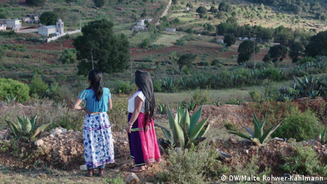 Two women look out onto the Mexican landscape (DW/Malte Rohwer-Kahlmann)
