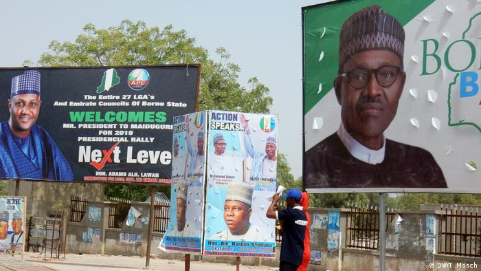 Campaign posters showing Nigeria's President Muhammadu Buhari and his APC candidates (DW/T. Mösch)