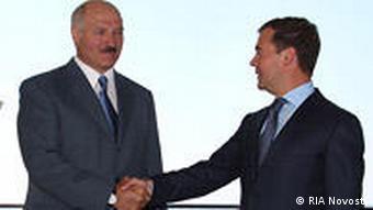 Дмитрий Медведев пожимает руку Александру Лукашенко, фото 2009 года