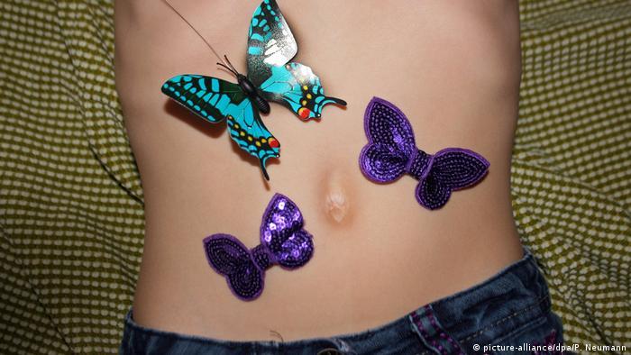 Symbolbild Schmetterlinge im Bauch (picture-alliance/dpa/P. Neumann)