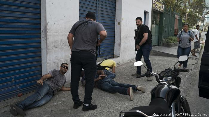 Brazilian police arrest Sao Goncalo (picture-alliance/AP Photo/L. Correa)