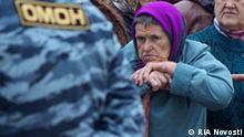 Russland Nowgorod Stadtjubiläum Frau und Polizist
