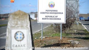 Neue Schilder an Grenze zwischen Mazedonien und Griechenland