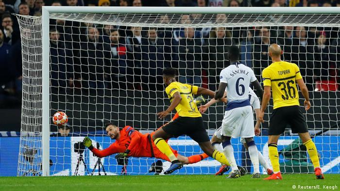 Fussball UEFA Champions League Achtelfinale – Tottenham vs BVB - Lloris hält Torschuss (Reuters/E. Keogh)
