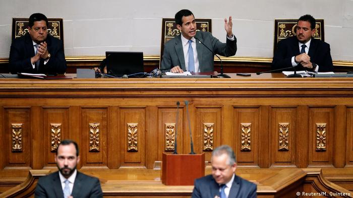 Der venezolanische Oppositionsführer Juan Guaidó leitet eine Parlamentssitzung (Foto: Reuters/M. Quintero)
