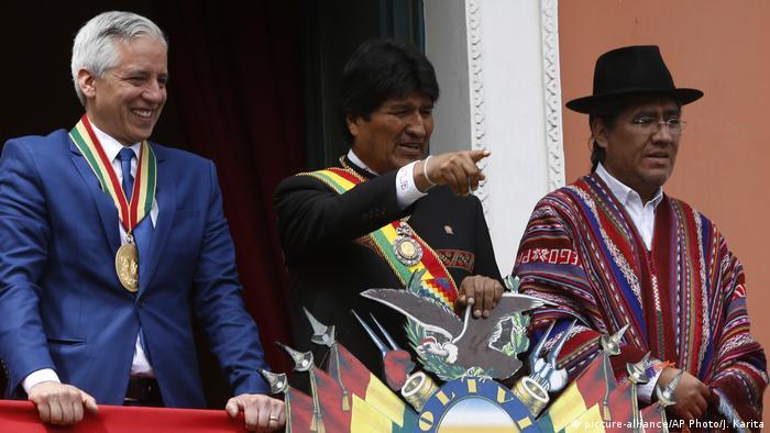 Evo Morales (centro) tras dar su reporte al Congreso el 22 de enero de 2019
