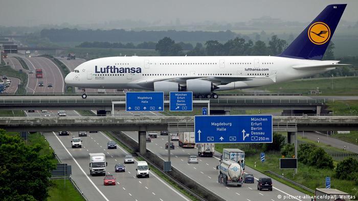 Lufthansa Airbus A380 in Leipzig/Halle (picture-alliance/dpa/J. Woitas)