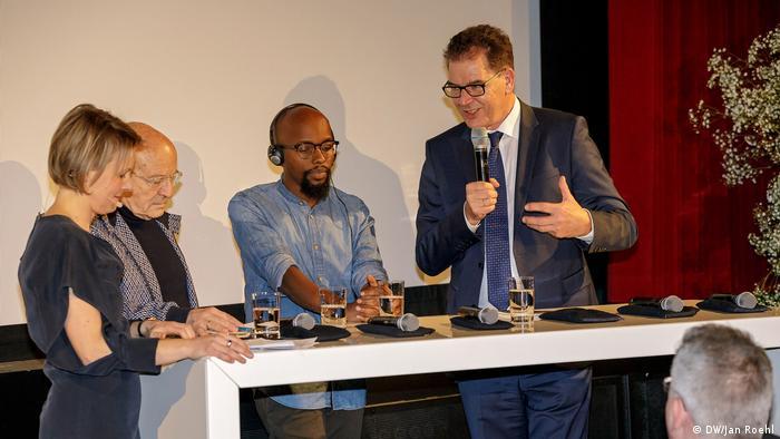 Minister Gerd Müller prophezeit dem afrikanischen Kino eine große Zukunft. Regisseur Volker Schlöndorff (2.v.l), soll dabei helfen (DW/Jan Roehl)