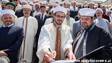 - Wien 14.06.2017 - Rund 300 Imame der Islamischen Glaubensgemeinschaft Österreich unterzeichneten heute im Islamischen Zentrum in Floridsdorf eine Deklaration gegen Extremismus. Die Bevölkerung wisse nicht, was in den Moscheen gepredigt wird, zwischen Terror und der friedlichen Religion Islam wird zu wenig differenziert , begründete der IGGÖ-Präsident die Aktion. PHOTO: IGGÖ-Präsident Ibrahim Olgun beim Unterschreiben der Deklaration 300 Imame unterzeichnen Deklaration gegen Extremismus PUBLICATIONxNOTxINxAUT Vienna 14 06 2017 Around 300 Imams the Islamic Faith community Austria signed Today in Islamic Center in Floridsdorf a Declaration against Extremism the Population Wisse not what in the Mosques preached will between Terror and the peaceful Religion Islam will to Few differentiated reasoned the President the Action shot Photo President Ibrahim the sign the Declaration 300 Imams sign Declaration against Extremism PUBLICATIONxNOTxINxAUT