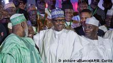 Vor Wahlen in Nigeria Muhamadu Buhari (M), Präsident von Nigeria, und Atiku Abubakar (r)